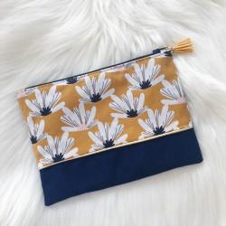 Pochette suédine bleue fleurs jaunes