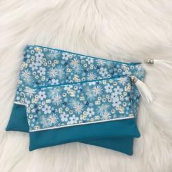 Pochette Bleue fleurs blanches